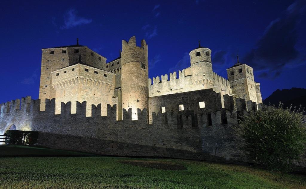 Fenis castle at night