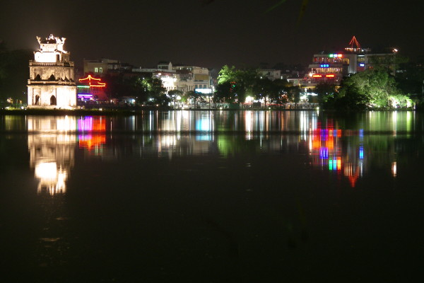 Night_in_Hanoi,_over_Hoan_Kiem_Lake_(2005)